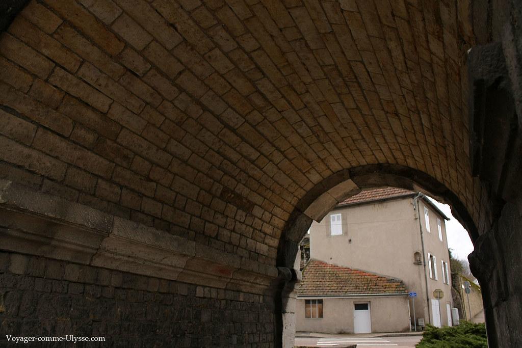 Sous une arcade de la Porte de Saint-André