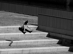 Sentada en el aire/Sitting in the air (Joe Lomas) Tags: poverty madrid street leica urban blackandwhite bw espaa byn blancoynegro calle spain candid poor bn beggar reality streetphoto urbano pobre indigente mendigo pobreza indigencia urbanphoto realidad limosna robados realphoto necesitado pordiosero limosnero fotourbana fotoenlacalle fotoreal photostakenwithaleica 4tografie