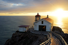 Point Reyes Lighthouse (Roger_T) Tags: ocean california light sunset cliff usa sunlight lighthouse house building beach strand person golden licht sonnenuntergang pacific haus human shore pointreyes oneperson leuchtturm kalifornien kste gegenlicht mensch goldenstate goldenlight pointreyesnationalseashore pazifik singleperson ozean 2011 sonnenlicht klippe pointreyesseashore einzelperson goldeneslicht antilight sonyalpha200