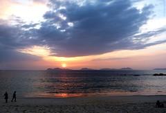 P1020181A / Reflejo de nube en el mar (Alfredo Barros G  ) Tags: sunset espaa sun sol water clouds atardecer soleil spain sand agua personas arena galicia nubes ocaso vigo spagna onde islascies radevigo cesislands