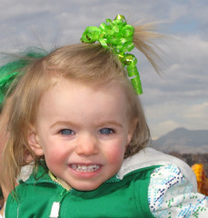 Dressed for the Parade (Colorado Sands) Tags: irish usa cute green girl childhood kids youth america festive children march us colorado child unitedstates femme mulher colleen adorable parades denver cutie parade event mulheres stpatrick filha amerika fille mdchen stpats littlegirls stpatricksparade stpaddys muchacha 2011 hairribbon milehighcity stpatsparade sandraleidholdt cityandcountyofdenver leidholdt sandyleidholdt irishcolleens irishparades americanparades