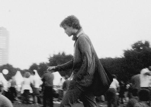 Un hombre camina por la Donauinselfest