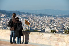 Contemplating Barcelona (tonibernad) Tags: barcelona city couple flag catalunya sagradafamilia viewpoint montjuic nikond7000