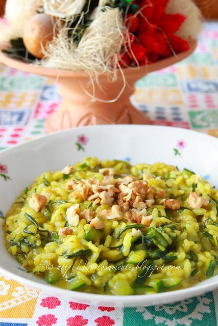 Risotto primaverile con agretti, zucchine, curry e granella di noci
