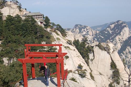 Im Hintergrund das Hotel am Westgipfel des Hua Shan mit dem vorgelagerten Chess Player Pavillion. Im Vordergrund eine Gipfelglocke.