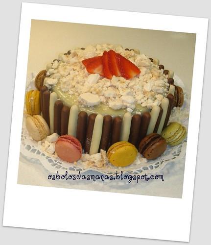 Bolo chocolate  branco com suspiro e macarrons by Osbolosdasmanas