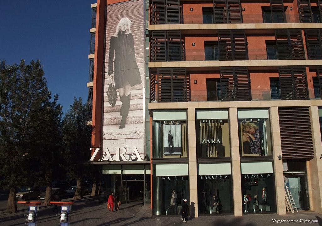 La célèbre marque de vêtements Zara, avec son affiche publicitaire gigantesque, est très présente à Marrakech