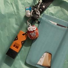 Amazonで買った救助用笛が届いた。iPhoneにストラップ付かないので会社のIDとPASMOが入っているケースに付けてみた。