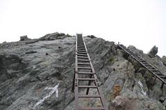 槍ヶ岳の山頂の梯子場