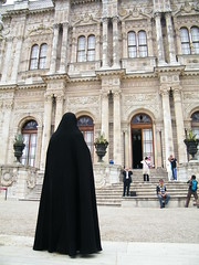 Dolmabahce palace visitors (paulmelllor) Tags: turkey hijab istanbul palace tourist niqab dolmabahce chador