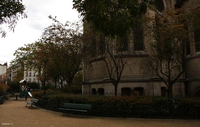 Petit jardin derrirère l'église, le square de l'église Notre Dame de la Croix
