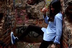 Ni en los 'tequieros' que no llegan... (Mara Mateo Va) Tags: girl smile azul shirt moving hands chica darkness legs manos movimiento lie converse graffitti walls sonrisa ladrillos paredes camisa oscuridad piernas cordones leggins apoyarse