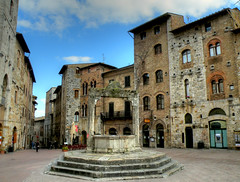 San Gimignano piazza della cisterna (anto_gal) Tags: day siena piazza sangimignano toscana tp middleages hdr pozzo cisterna 2011 piazzadellacisterna bellitalia superstarthebest pwpartlycloudy