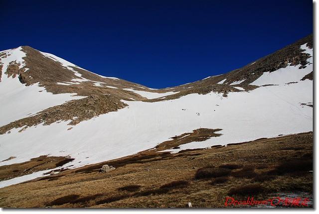 通往鞍部有多處雪原要穿越