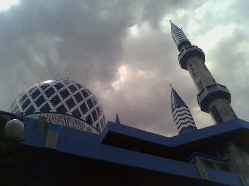 Sedikit Mendung Di Atas Kubah Masjid by Mr-Aan