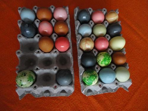 Huevos con tintes naturales y artificiales