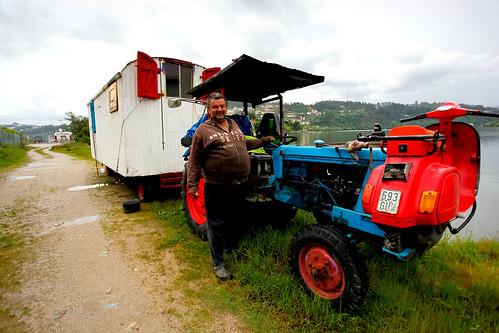 Alemão a viajar pelo mundo num tractor