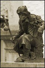 Dsseldorf-Kaiserswerth: Sculpture of a St James pilgrim (wwwuppertal) Tags: blackandwhite bw sculpture monochrome sepia bronze germany deutschland skulptur nrw sw dsseldorf rhine rhein nordrheinwestfalen jakobsweg caminodesantiago northrhinewestphalia kaiserswerth jakobsmuschel thewayofstjames schwarzweis roadtosantiago jakobspilger nikond90 afdzoomnikkor354528105mm afzoomnikkor28105mmf35~45difmacro