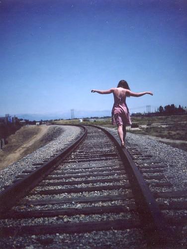 [フリー画像] 人物, 女性, 人と風景, 道路・線路, 後ろ姿, 201105050500