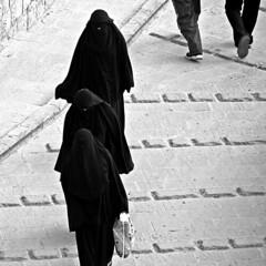 passos propers (Kaobanga) Tags: blackandwhite bw blancoynegro hijab bn yemen sanaa niqab sana blancinegre ymen khimar iemen  kaobanga  alyaman aljumhuriyahalyamaniyah alumhriyyahalyamaniyyah