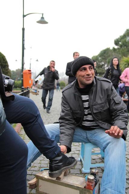 Istanbul, c'è chi per mestiere pulisce le scarpe ma lo fa con il sorriso
