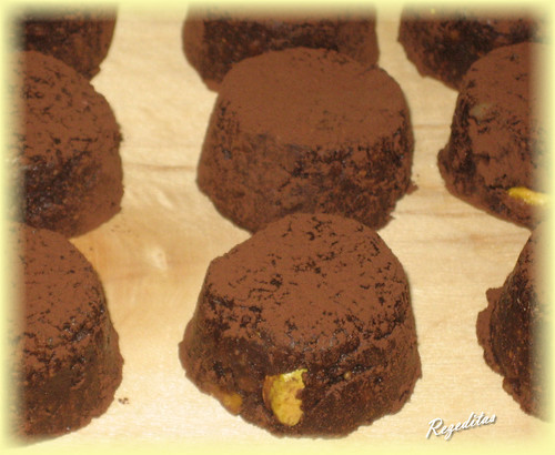 BOMPONES DE FRUTOS SECOS Y CHOCOLATE
