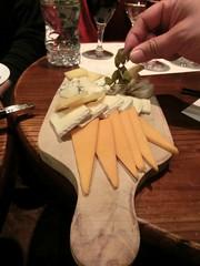 チーズの盛り合わせと干しぶどう