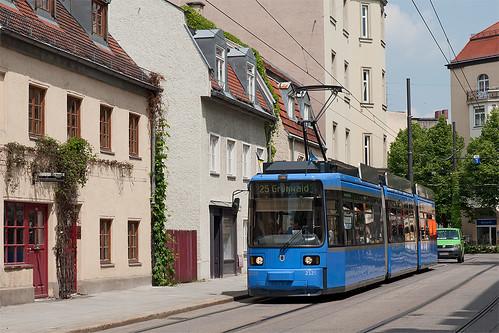 Die Häuser in der Milchstraße bilden einen schönen Kontrast zum Wagen 2125