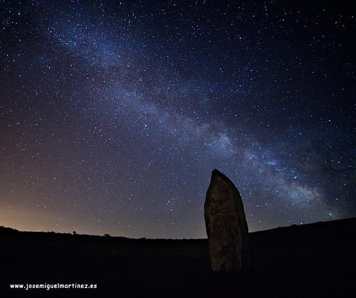 """El Menhir """"El Peñuco"""" mirando a la Vía Láctea."""