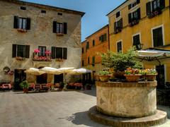 Pienza - piazza di Spagna (anto_gal) Tags: siena piazza pienza toscana valdorcia hdr spagna citt pozzo 2011 orcia bellitalia superstarthebest