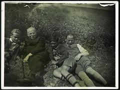 Archiv H549 Grovater mit Sohn und Enkel, 1920er (Hans-Michael Tappen) Tags: archivhansmichaeltappen kleidung schnurrbart opa vater jungen shne sons boys brillentrger lederhose hosentrger braces outdoor fotorahmen 1920s 1920er