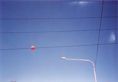 (oda_a_la_exposicion) Tags: luz azul poste árboles cables cielo reflejo bola naranja fantasma aviones celeste geometría gasparín