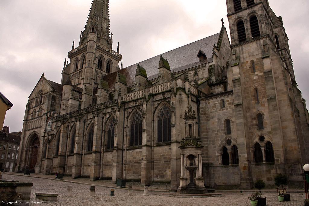 Fontaine Saint-Lazare, face à la cathédrale