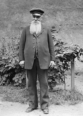 M. kesson, Grimslv, Smland, Sweden (Swedish National Heritage Board) Tags: portrait man hat standing beard outdoors thirties 1930s vine suit cap older shoemaker riksantikvariembetet theswedishnationalheritageboard