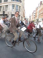 London Tweed run April 2011 (230)r (Funny Cyclist) Tags: london bike bicycle bigben run buckinghampalace cycle chic brooks tweed savilerow londonist jermynst pashley 2011 9thapril stpauls cyclechic bikes4africa tweedrun tweedride