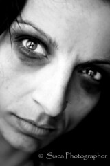 Il Dolore (Siscafoto) Tags: life portrait blancoynegro self canon blackwhite eyes women retrato details yo moment emotions ritratto detalles biancoenero theface emozioni bellissima bwemotions particolarmente ritrattidiof espressionidellanima autorretratoydetalles byfotosiscaallrightsreserved siscaphotographer
