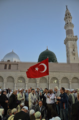 Sancak... (Yavuz Alper) Tags: flag prayer visit mosque medina prophet turkish umrah dua pilgrims trk bayrak medine umre haclar mescidinebevi sancak ziyaret efendim ravza sultanm gllerinefendisi d7000