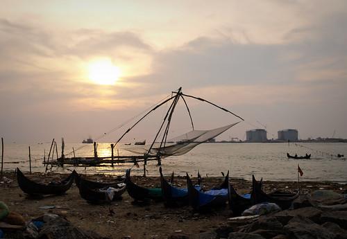 Puesta de sol ante las voladizas redes de pesca chinas