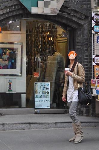 端著咖啡好瀟灑,下次拍照也要擺這樣