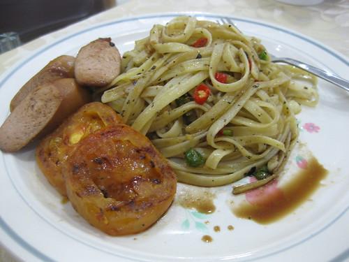 Fettucine with bratwurst & baked tomato in balsamic vinegar