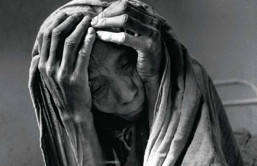 Uma mulher mal alimentada espera sua vez num hospital Gourma Rhahous. Mali, 1985