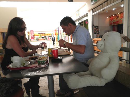 almuerzan con peluche recién comprado