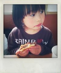 ハンバーガーを食べてる娘