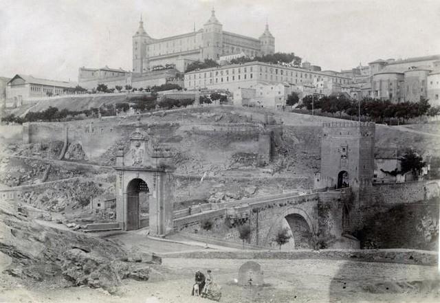 Alcázar y Puente de Alcántara en junio de 1905. Fotógrafo anónimo. Colección Luis Alba. Ayuntamiento de Toledo