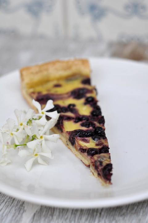 frolla al gelsomino con crema semplice e frutti di bosco sciroppati