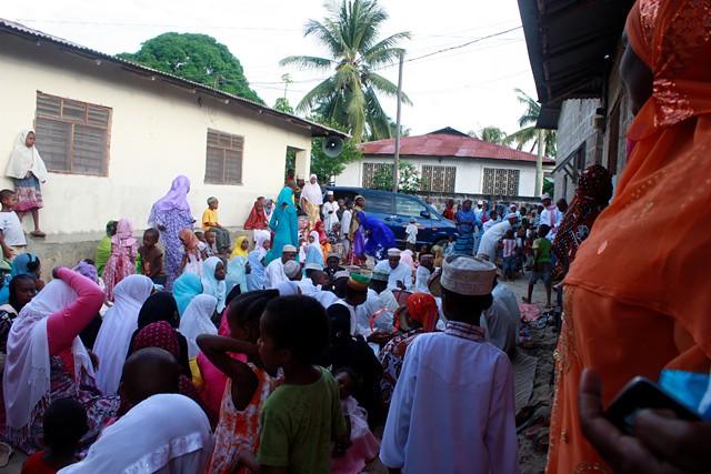 anni makes stool, wedding in Bububu 077.jpgedit