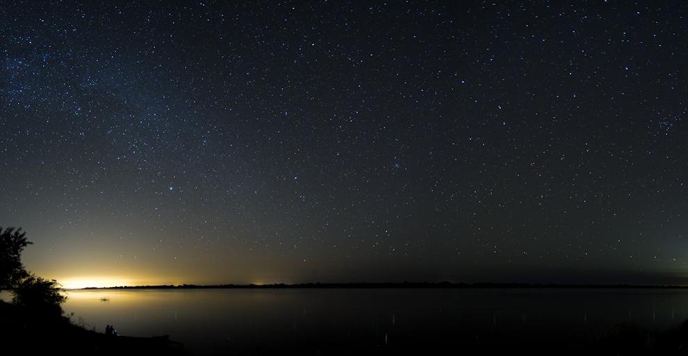 Una foto panorámica a orillas del río nos muestra el firmamento cuando la luna ya no está en el cielo y las tomas de varios minutos se hacen posible. (Tetsu Espósito - Zanjita, Paraguay)