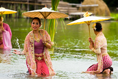 Performance over the Water I (Beum Gallery) Tags: show umbrella thailand femme performance thaïlande explore parasol histoire ayuthaya legend floatingmarket homme parapluie ayutthaya spectacle acteur légende actrice acteurs flickrexplore ประเทศไทย หญิง explored ไทย ตลาดน้ำ พระนครศรีอยุธยา marchéflottant ร่ม อยุธยา ชาย จระเข้ นักแสดง classicalshow ชาลวัน ไกรทอง