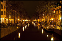 Egelantiersgracht (Ingo Tews) Tags: city light holland water netherlands amsterdam night boats boot lights licht boat town canal wasser nacht boote kanal grachten lichter jordaan niederlande gracht egelantiersgracht langzeitbelichtung longtimeexposure veniceofthenorth venedigdesnordens towncanal