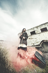 Colección de Cosas Perdidas (Ibai Acevedo) Tags: red girl de lost rojo chica desert smoke viento things cosas ventanas desierto humo maleta colección vacío perdidas lleva sopla
